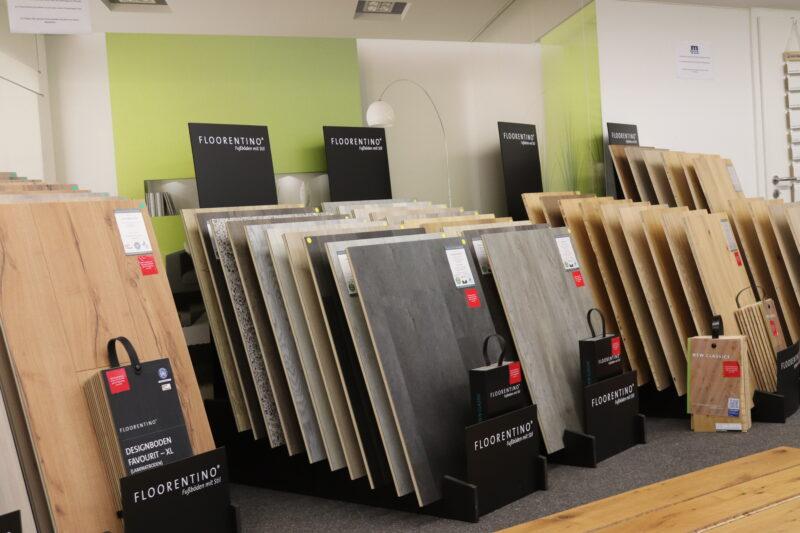 Sollten Sie sich bei uns in der Ausstellung noch nicht entscheiden können, gibt es die Möglichkeit einen Musterkoffer mit kleinen Ausschnitten der Innenböden mit nach Hause zu nehmen.